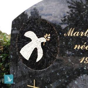 monument funéraire décoré colombe
