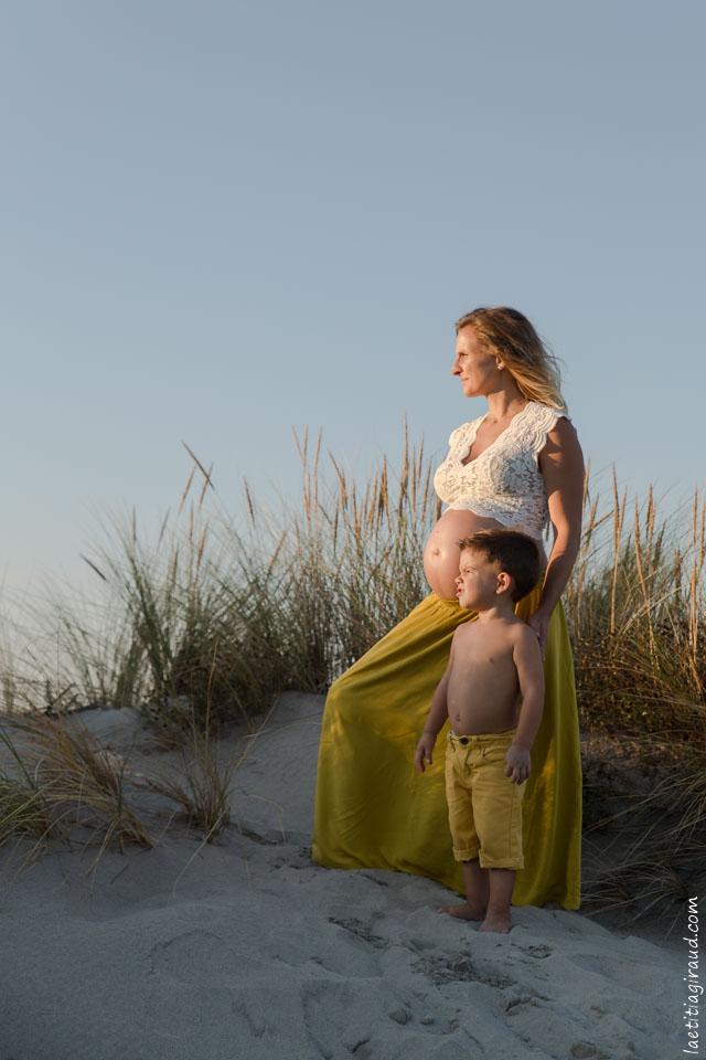 séance photo grossesse avec son petit garçon les pieds dans le sable