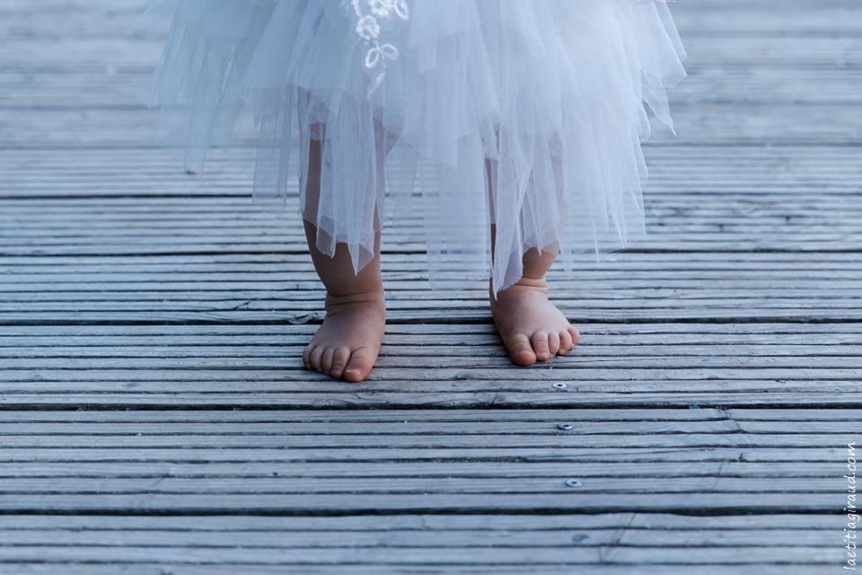 des petits pieds sur le ponton du lac