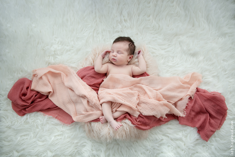 bébé à la maison pour sa photo faire-part naissance