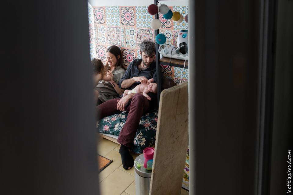 en famille à la maison autour de bébé