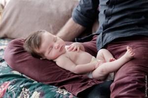 papa et son nouveau né en mode câlin