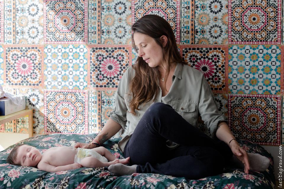 maman et son bébé à la maison qui font des câlin