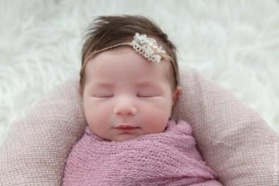 bébé qui dort à la maison paisiblement