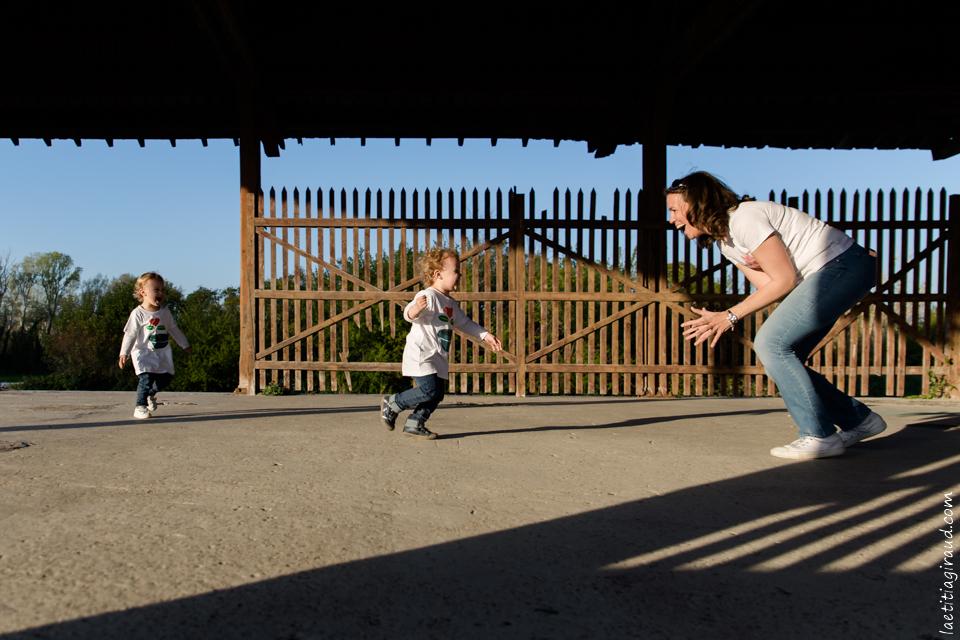 en famille à jouer avec les enfants pour un moment de partage