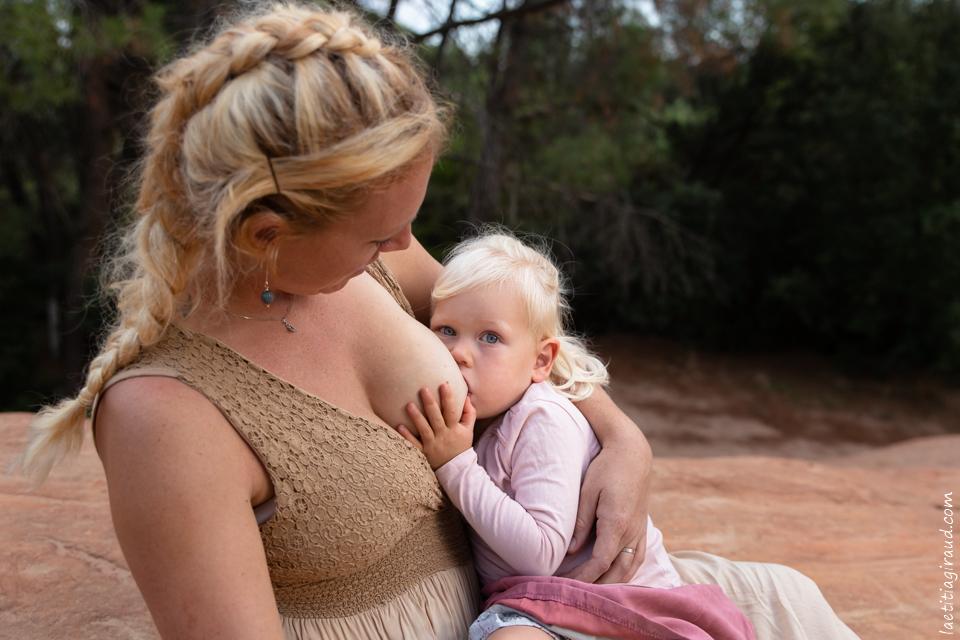 moment lacté mère fille regard complice