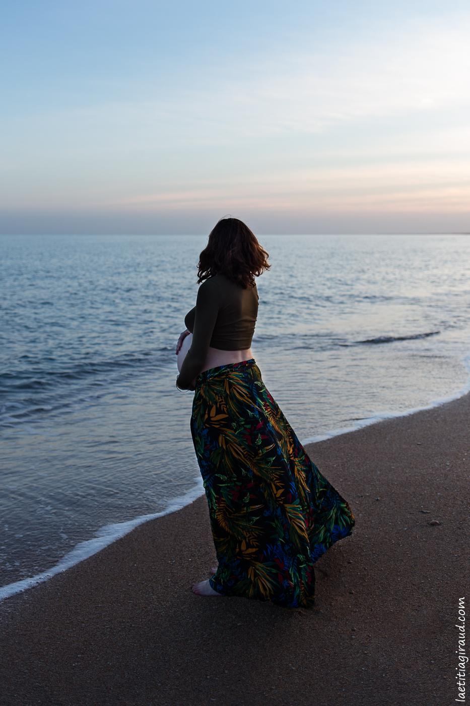 femme enceinte a la mer