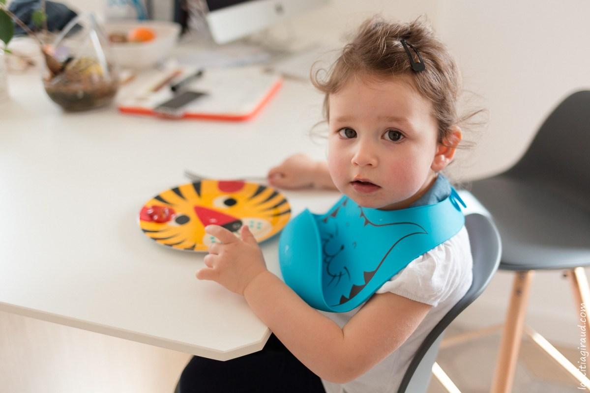 petite fille qui mange