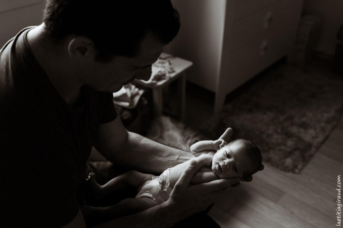 photo papa et bébé en peau à peau  laetitia giraud photographe avignon