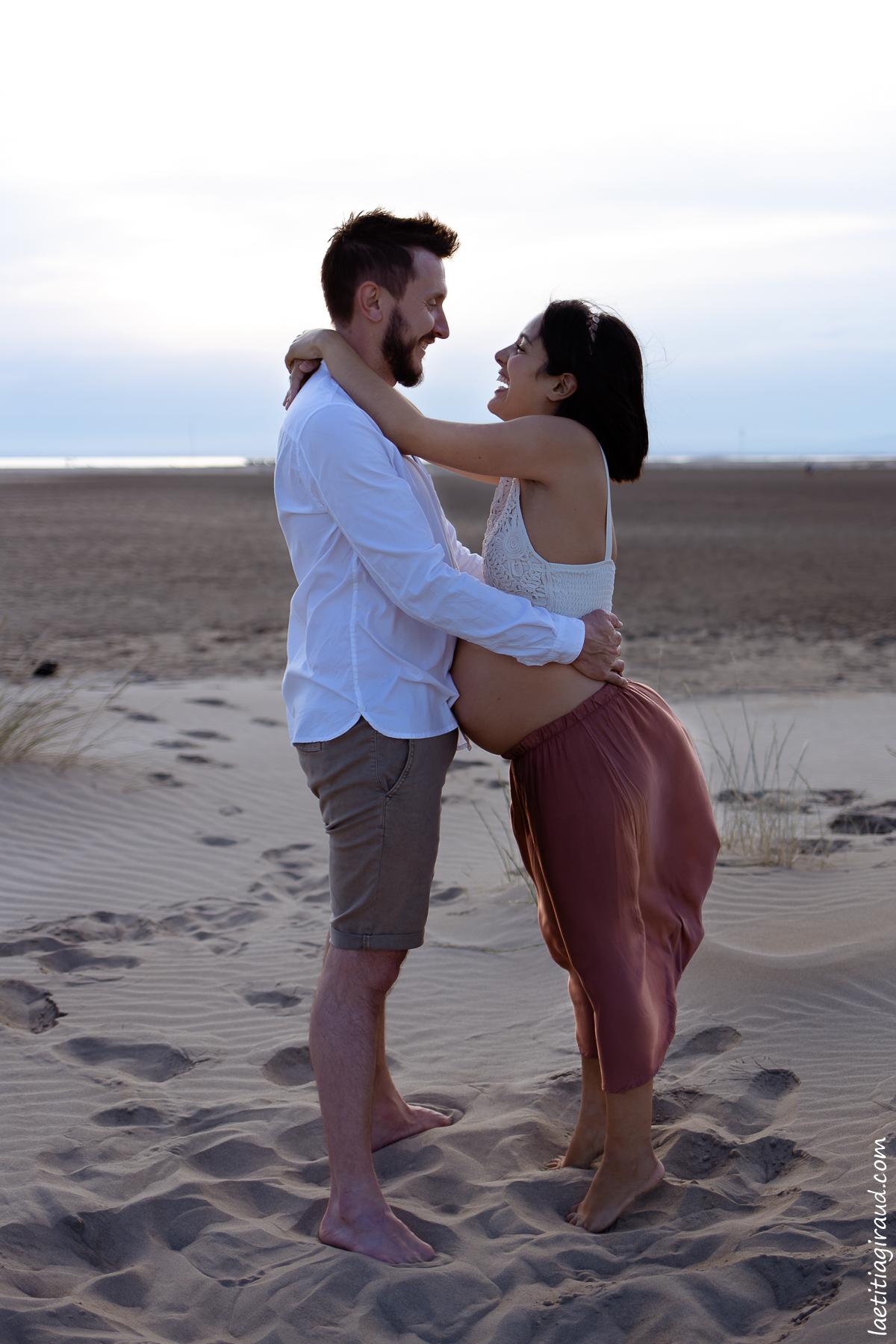 couple qui rigole devant la mer