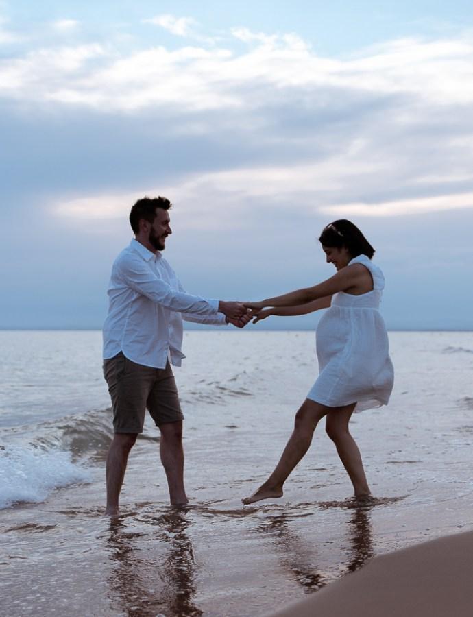 Séance grossesse à la plage au Grau du Roi.