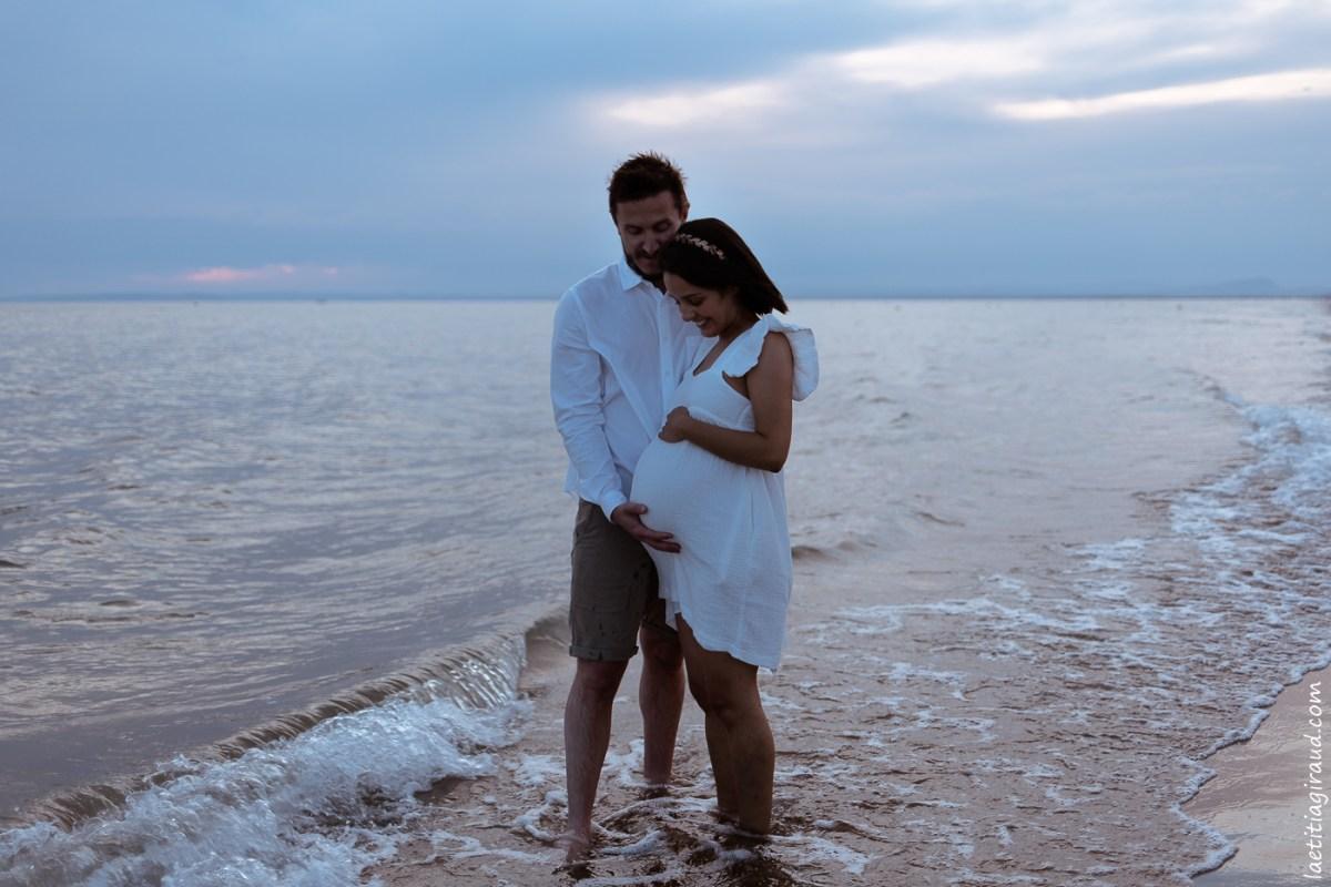 femme enceinte en robe blanche