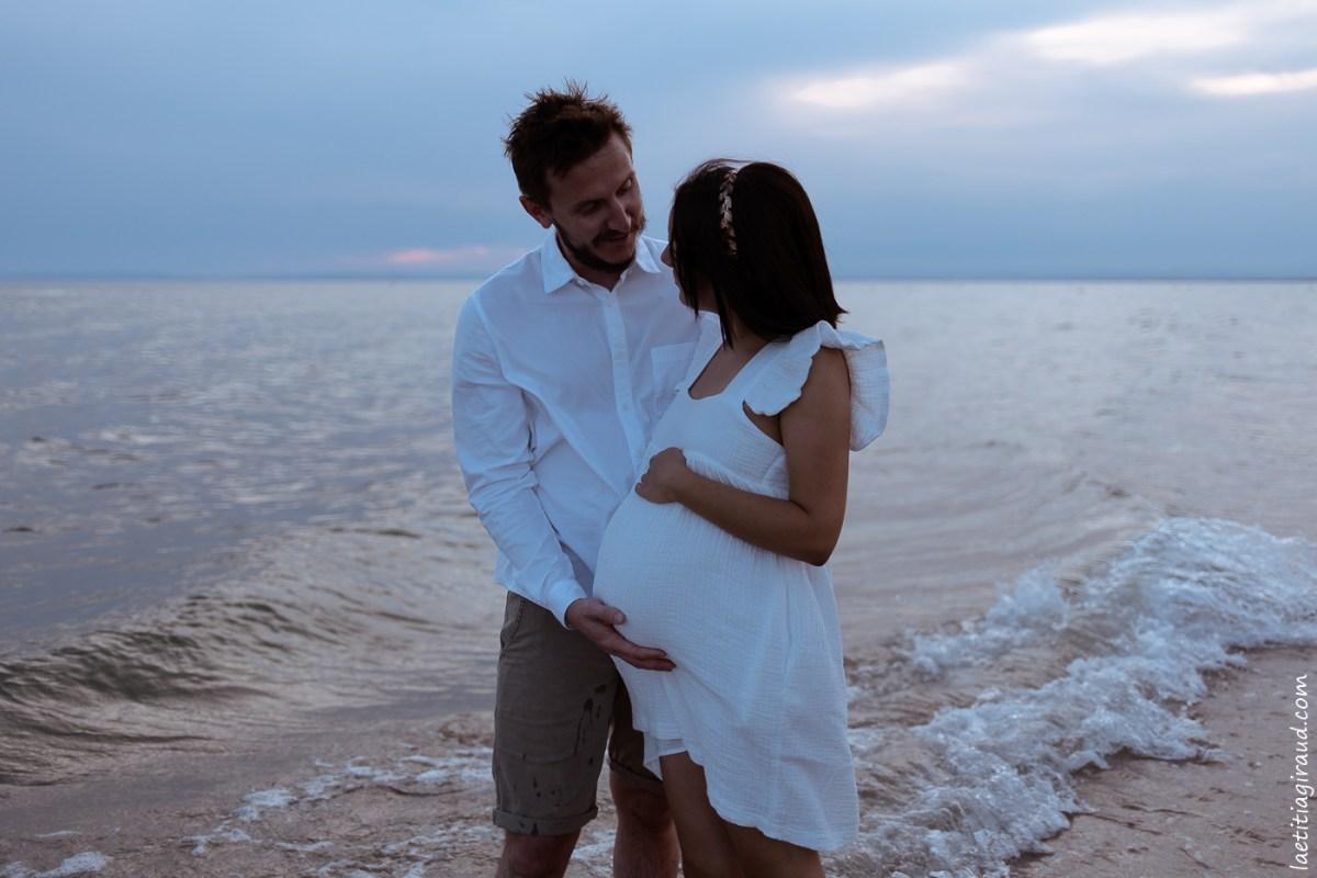femme enceinte qui regarde son mari amoureusement