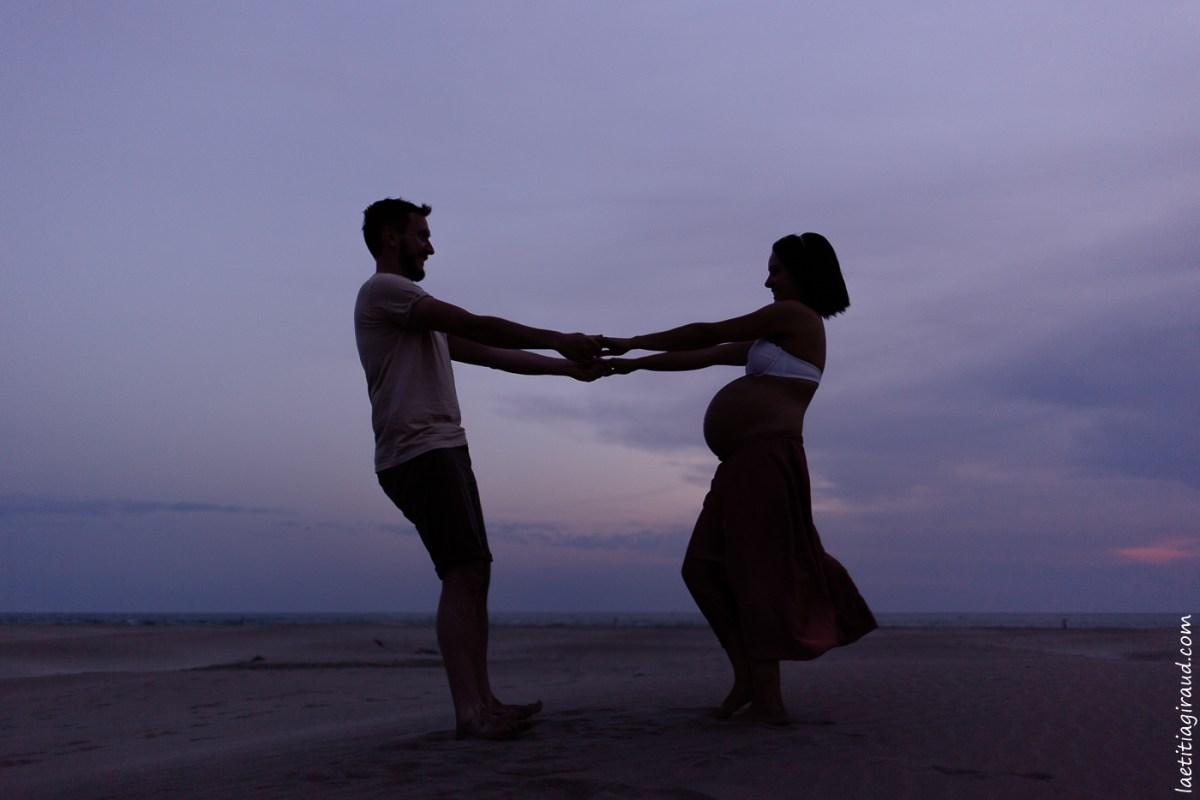 Séance grossesse d'un couple qui danse