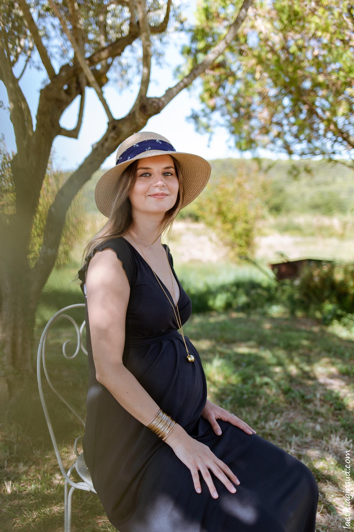 femme enceinte alitée et rayonnante de bonheur en vaucluse