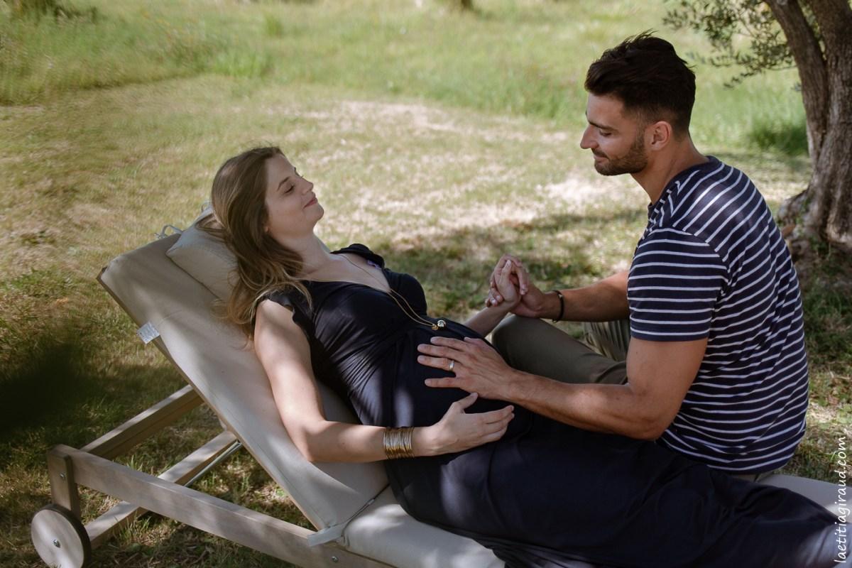 enceinte et alitée pour une séance photo