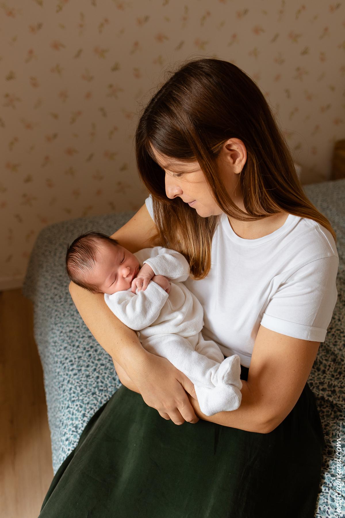 maman qui admire son nouveau né