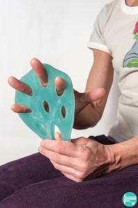 renforcer les extenseurs des doigts à l'aide d'un thera-Band hand X-trainer