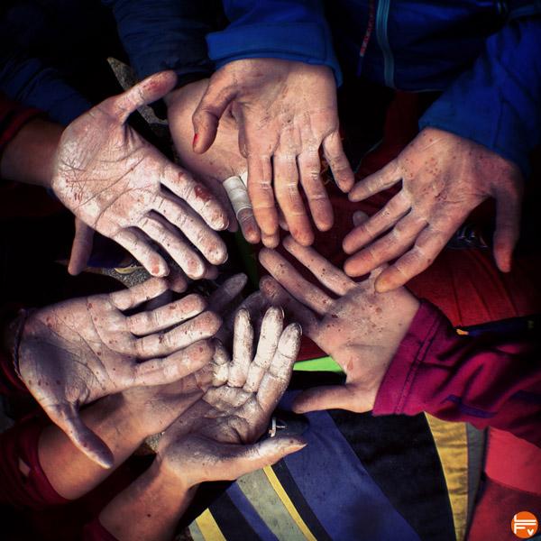 mains-grimpeurs-escalade-solidarite