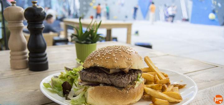 comment se muscler pour le bloc : hamburger et frites dans une salle de bloc escalade