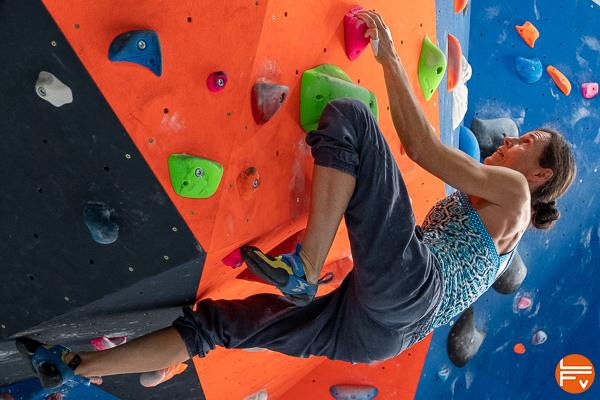 grimpeuse fait un réta en bloc