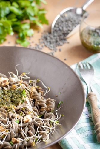 Torsades de lentilles vertes au pesto, noix et courgettes {IG bas, vegan, sans gluten} | www.lafaimestproche.com