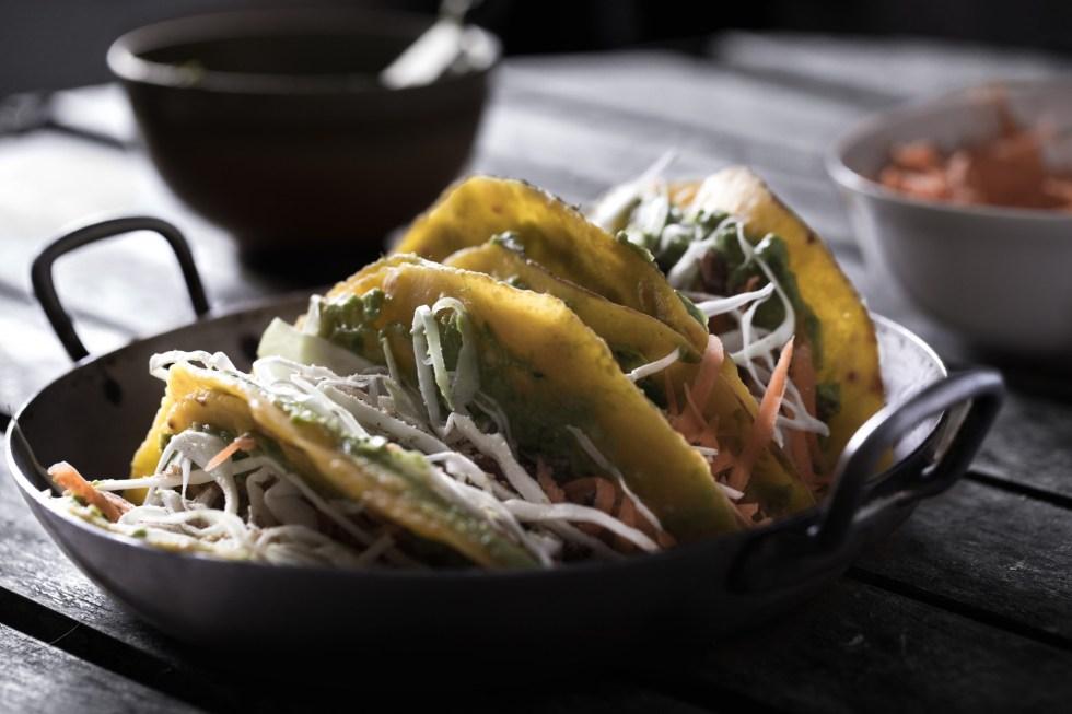 Tacos aux tortillas de maïs, avocat, crudités et raisins secs {vegan, sans gluten} | www.lafaimestproche.com