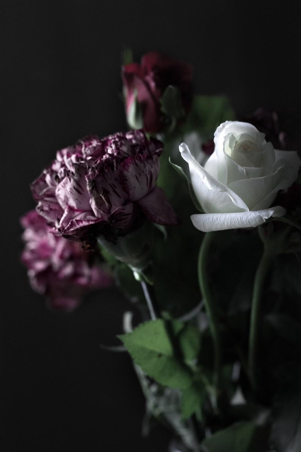 jus, abricots, courgettes, été, bouquets de fleurs, roses, oeillets, plateau, nature morte