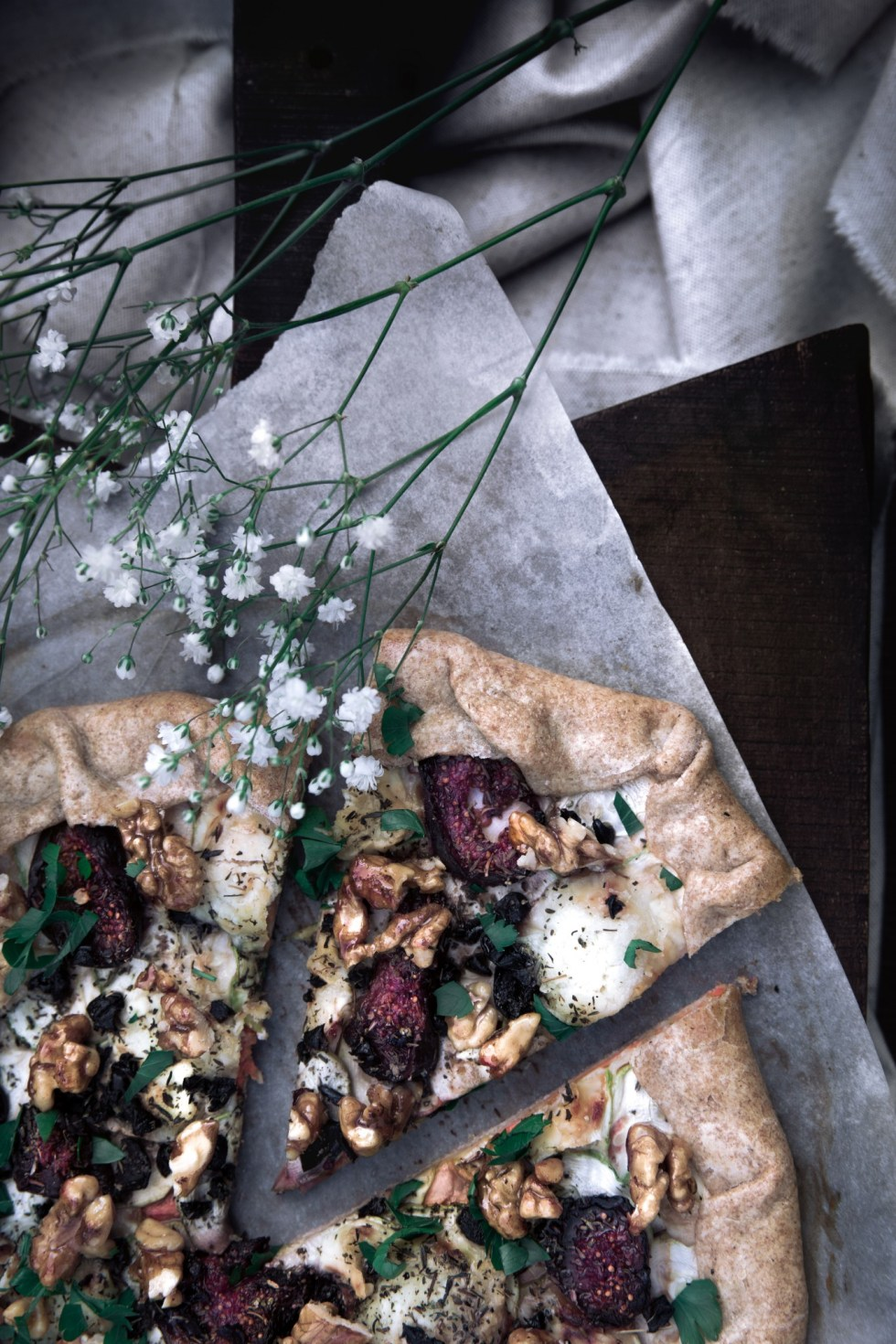 Tarte crème de poivrons rôtis, courgettes, figues et chèvre {végétarien, IG bas} | www.lafaimestproche.com