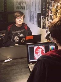 l'illustratrice Evey Gloom mentre lavora al poster del numero di maggio