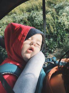Bébé sur porte-bébé dorsal Deuter