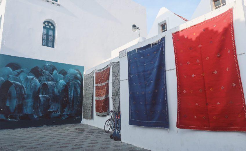 Les tapis marocains suspendus à Assilah