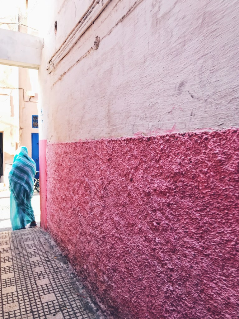 Femme voilée en bleu à Tiznit