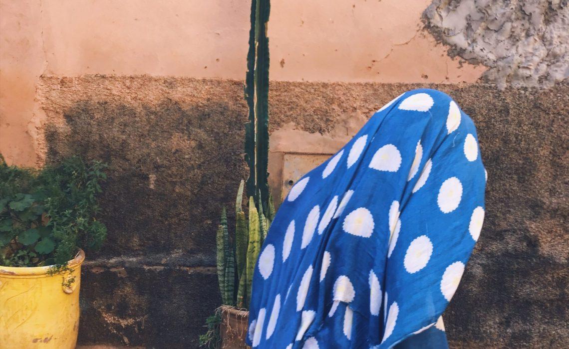 Femme voilée bleu-blanc à Tiznit