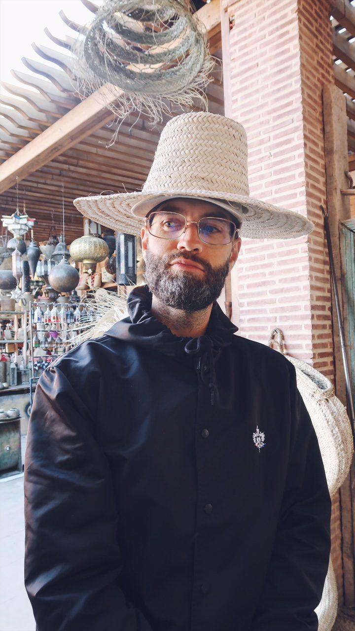 Voyage au Maroc Marrakech paul et son chapeau en paille