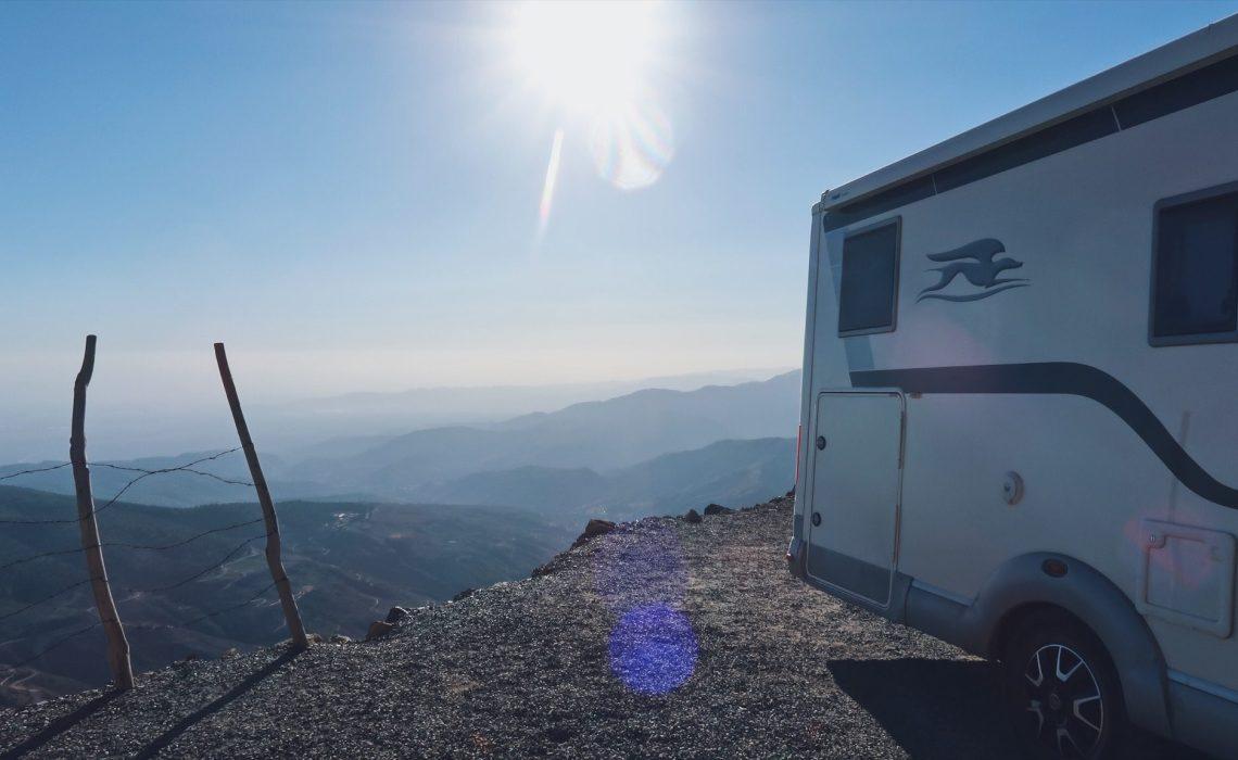 Voyage au Maroc Tizi-n-Test camping-car au bord de la falaise