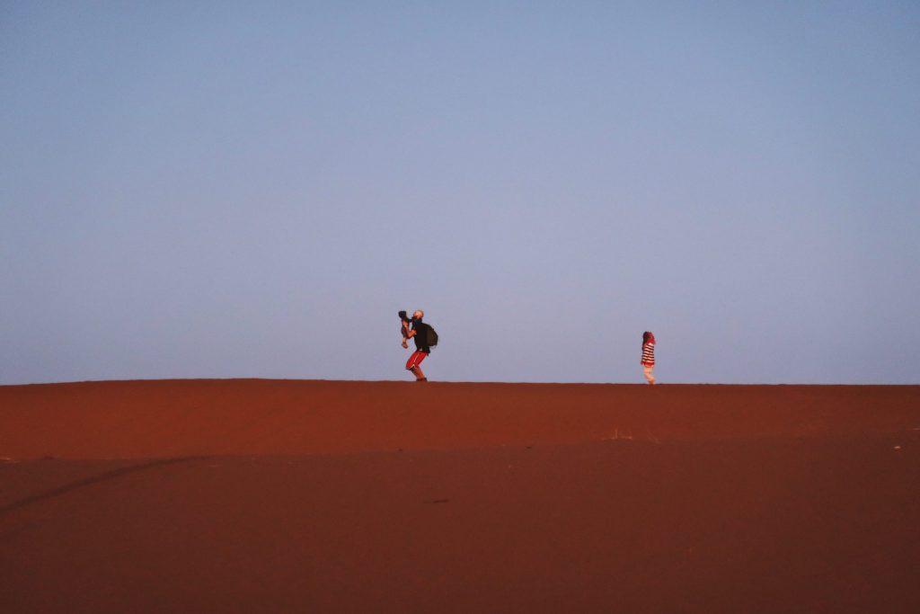 Voyage au Maroc Desert Sahara Erg Chegaga papa et ses enfants
