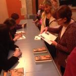 Firma de libros Amarillo luciérnaga en Escuela Massana