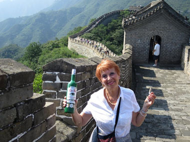 Marie_Claude Delahaye with La Fée absinthe on Great Wall of China