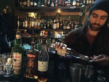 Pano making a La Fée cocktail