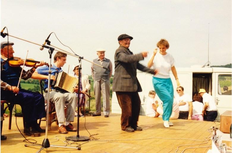 Saint Donat - Août 1987 musiciens : André Gatignol, Éric Cousteix Danseurs : Joseph Jouvion, Mme Marion à l'arrière plan : Odette Gatignol, Joseph Perrier