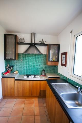 Cuisine parfaitement équipée pour 8 personnes ( frigo, congélateur, plaques gaz, lave vaisselle)
