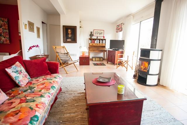 Grand salon convivial de 47m² avec poele à bois et deux grands canapés confortables