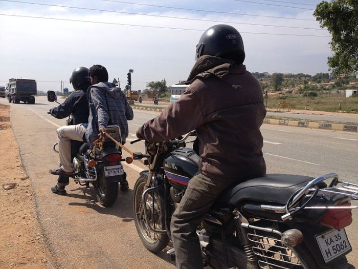 File:Jugaad technology (A motorcycle pulling another one by a rope).jpg
