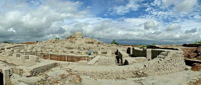File:Excavated ruins of Mohenjo-daro.jpg