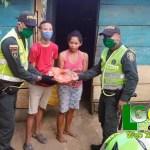 EN LA CUARENTENA, DOS PATRULLEROS DE LA POLICÍA LLEVAN MERCADOS A FAMILIAS VULNERABLES DE EL DIFÍCIL MAGDALENA