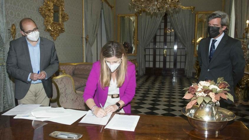 Diputación Irene García firma el préstamo de 33 millones para inversiones