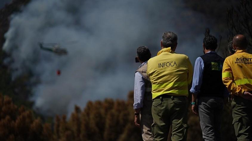 El presidente andaluz y miembros del Infoca contemplan las tareas de extinción del fuego.