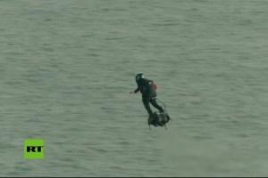 """El """"soldado volador"""" francés, logra al segundo intento cruzar el Canal de la Mancha"""