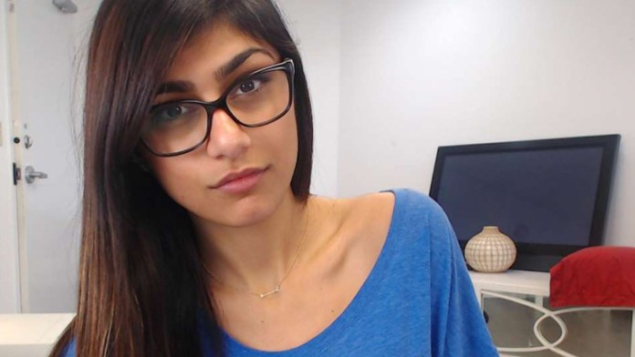 Mia Khalifa sexy gafas